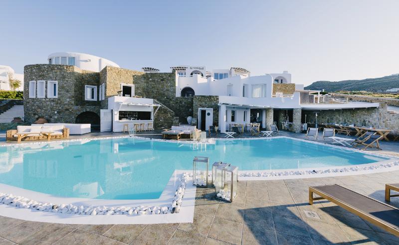 Włoskie meble Ethimo w Mykonos Art Hotel & Spa