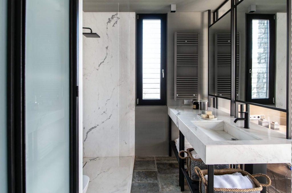 Na wskroś nowoczesna łazienka idealnie wpisuje się w rustykalne wnętrza.