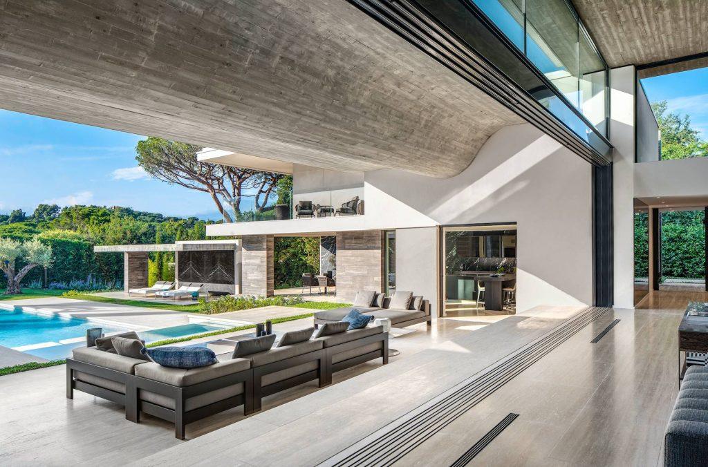 Otwarta przestrzeń zaciera granice między domem a ogrodem.