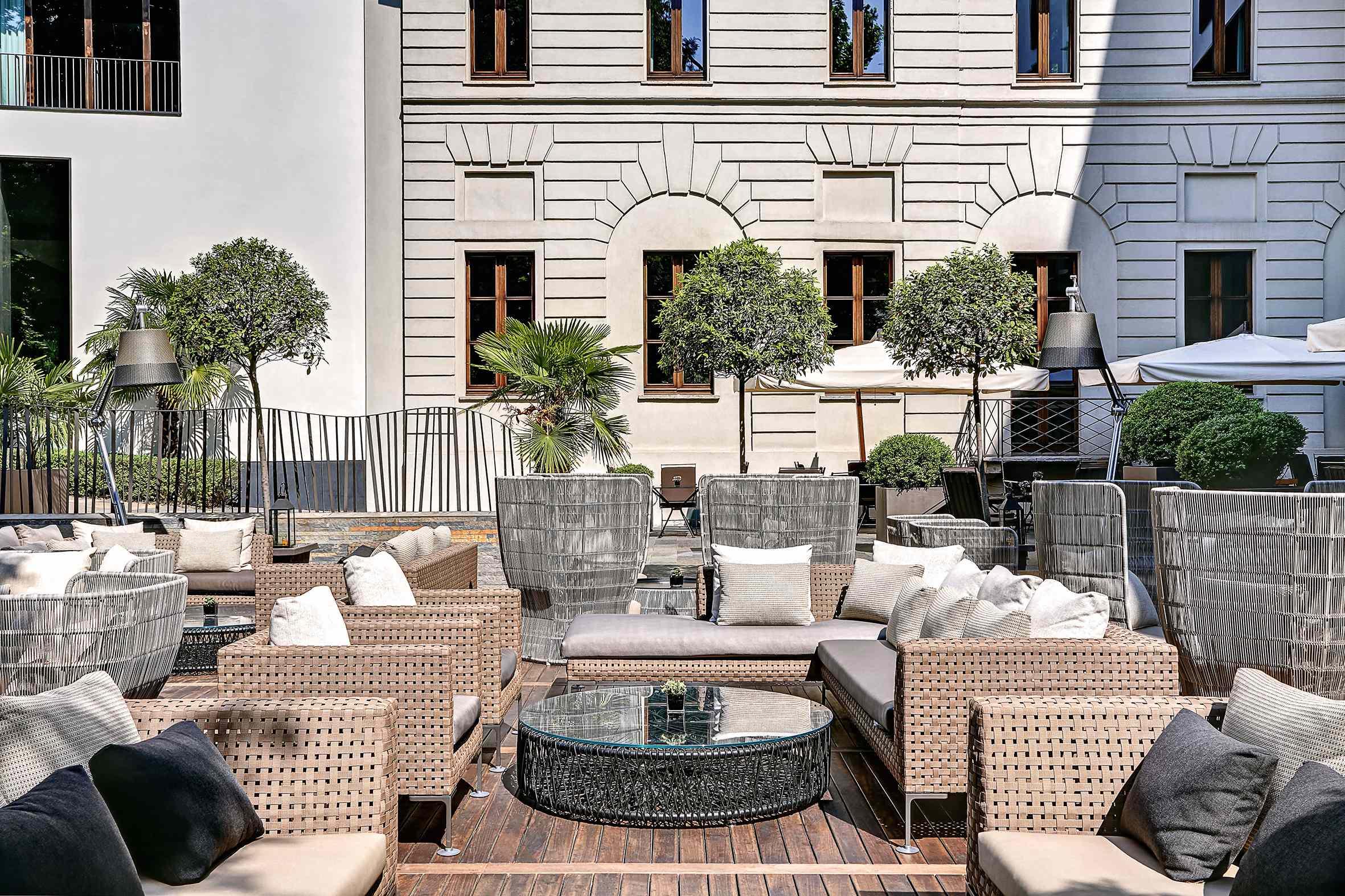 B&B ITALIA w luksusowych ogrodach hotelu Bulgari