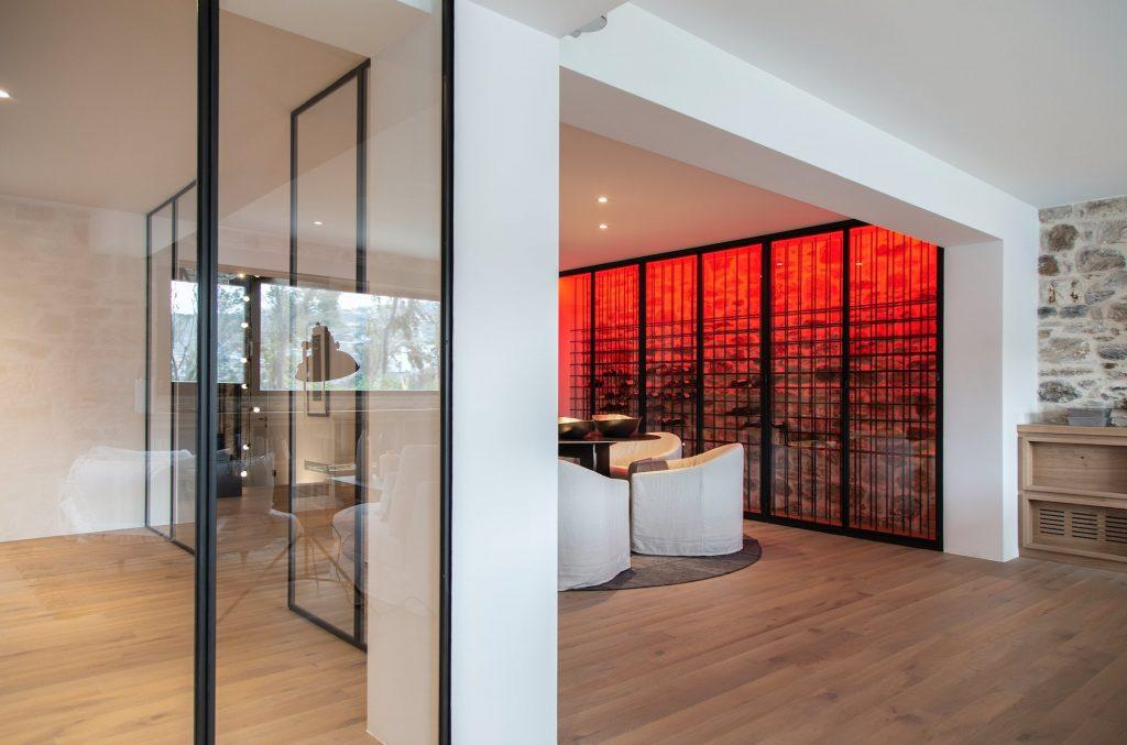 Za czerwoną taflą szkła kryje się pokaźna kolekcja win.