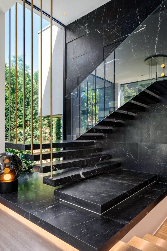Czarny marmur kontrastuje świetliste wnętrza.
