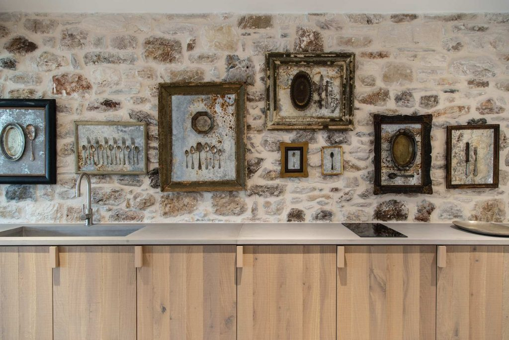 Artefakty wykorzystano w roli intrygujących dekoracji.