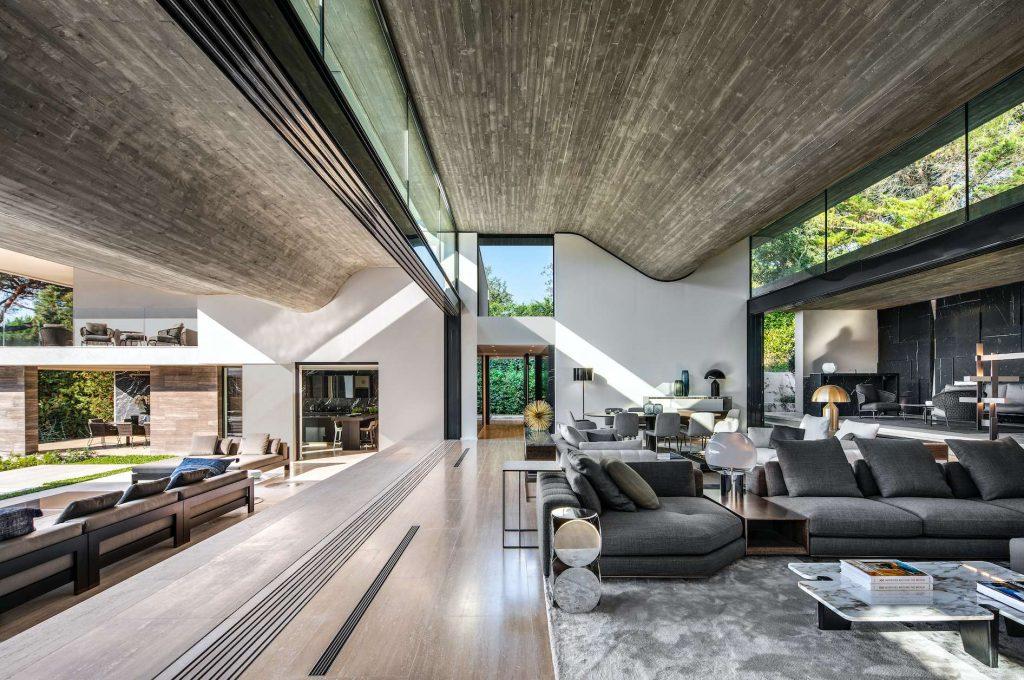 Naturalne kolory i luksusowe materiały podkreślają jakość projektu.