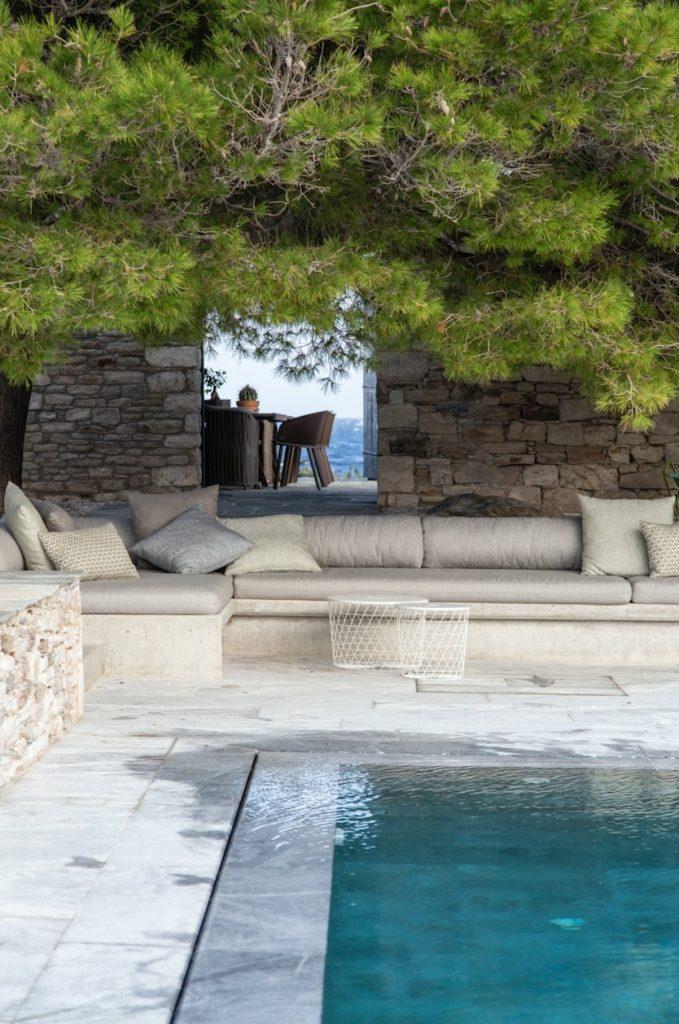 Życie tutaj toczy się na zewnątrz, wokół basenu i na wygodnych tarasach.