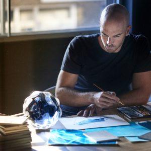 Benjamin Hubert podczas prac nad szkicem instalacji z DEKTONU Cosentino