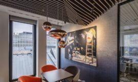 Meble projektu Toma Dixona w biurze Hali Koszyki.