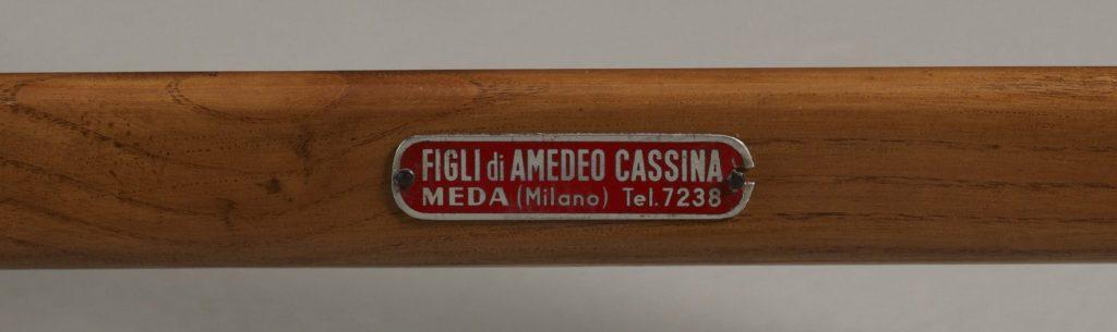 Metalowa tabliczka wytwórni Figli di Amadeo Cassina na krześle Superleggera