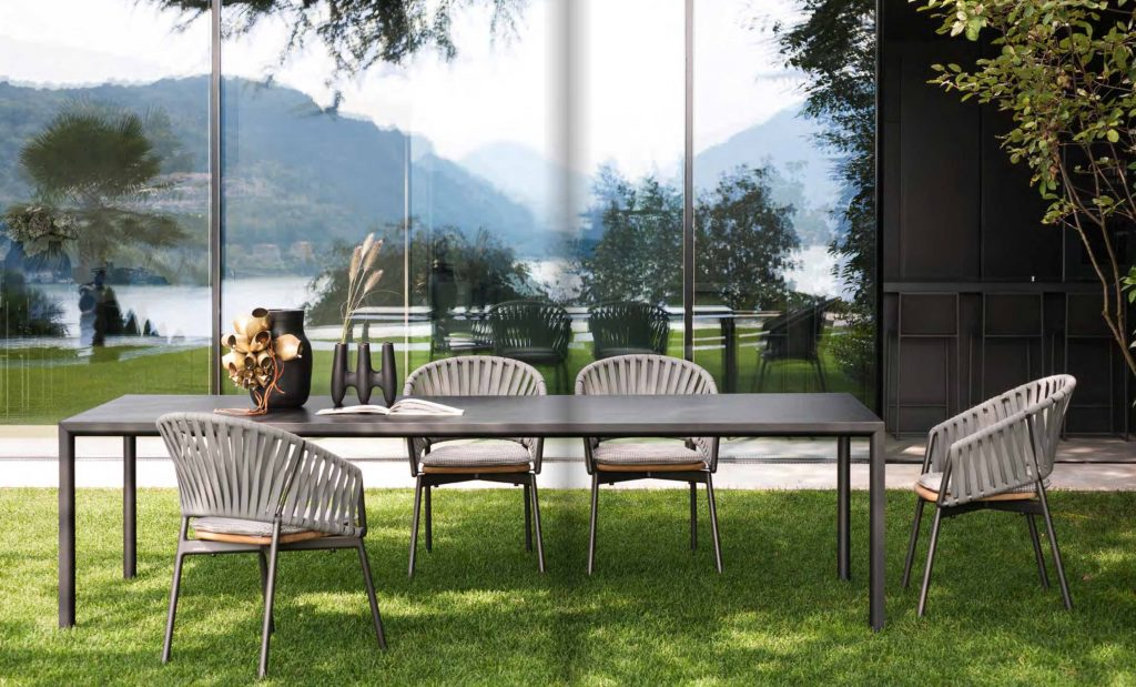PLEIN AIR Table Smoke + Top in Gres Graphite PIPER Comfort Chairs Smoke + Recycled Belts Stone