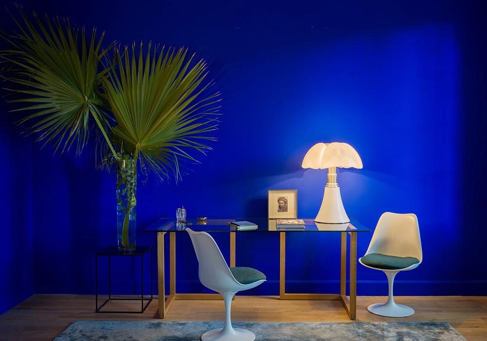 Kolor stanowi łącznik dla różnych estetyk wnętrza. Tu Yves Klein Blue.