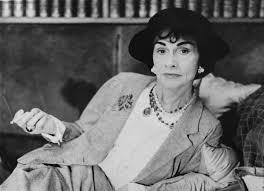 Coco Chanel - kobieta która zrewolucjonizowała rynek perfum w 1925 roku.