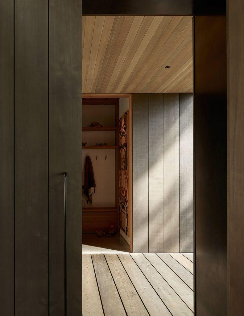 Ciepłe drewno równoważy chłód szkła i stali.