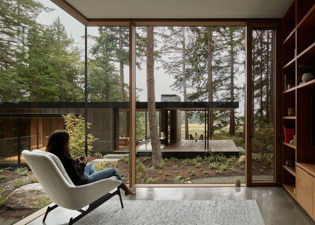 Bryła w kształcie podkowy tworzy naturalny dziedziniec.