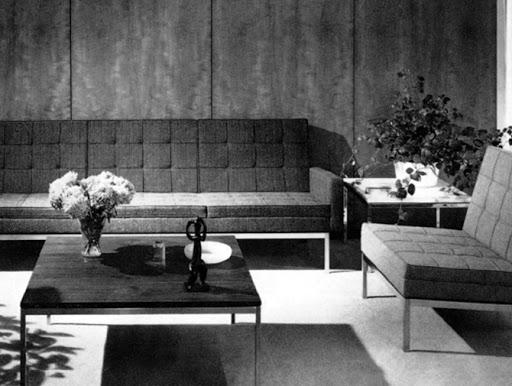 Relaxed Sofa i stolik kawowy projektu Florence Knoll