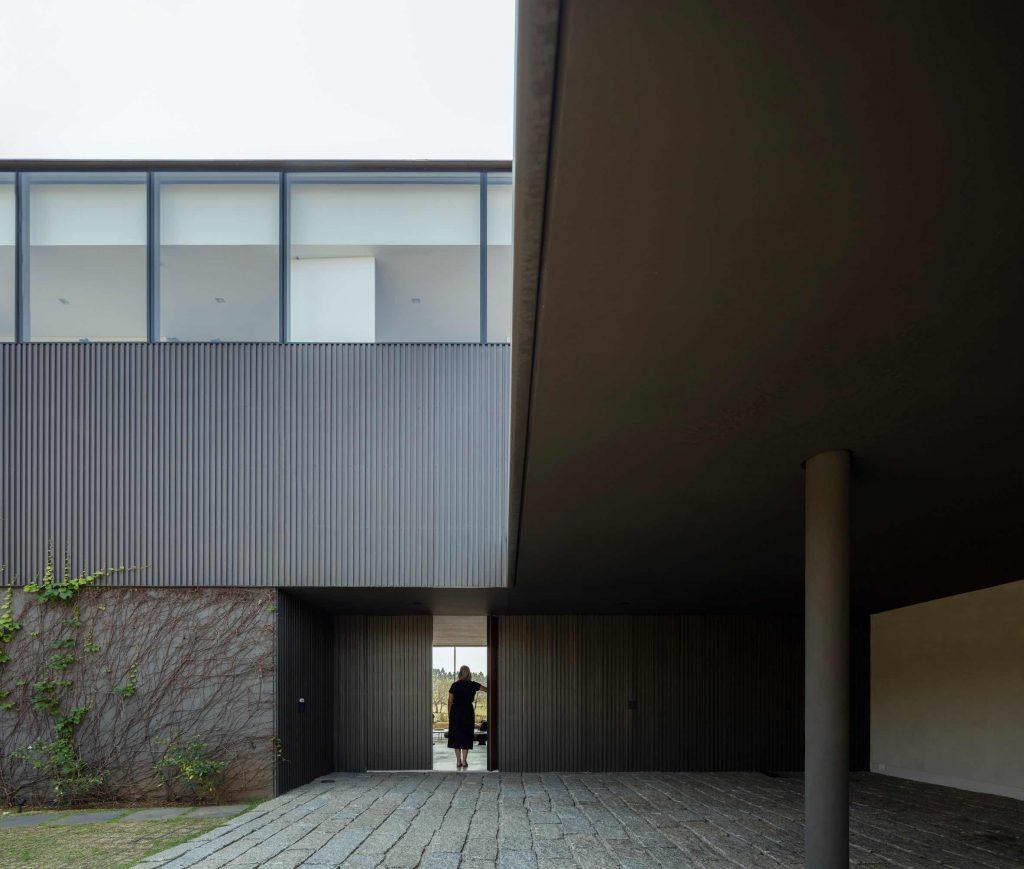 jy-house-studio-arthur-casas-z polem golfowym 03