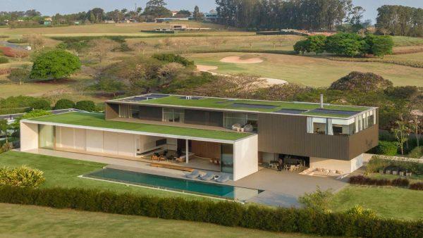 jy-house-studio-arthur-casas-z polem golfowym 07