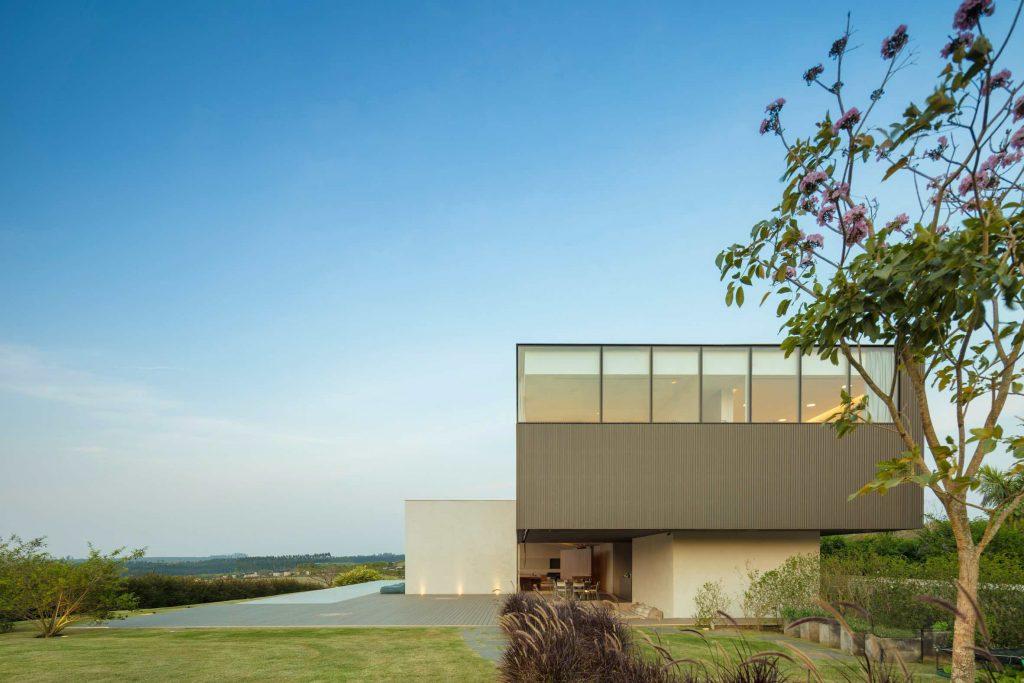 jy-house-studio-arthur-casas-z polem golfowym 08