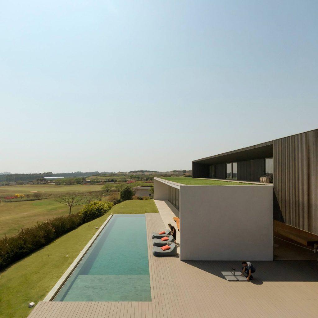 jy-house-studio-arthur-casas-z polem golfowym 10