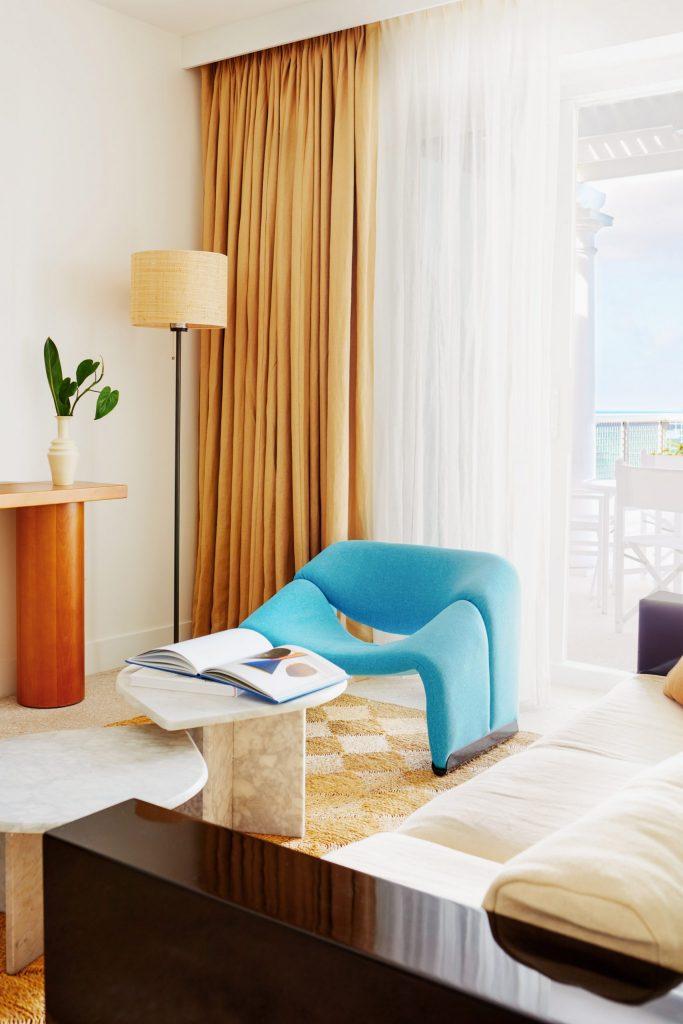 palm-heights-grand-cayman-beach-hotel-gabriella-khalil styl karaibskiej rezydencji z lat 70. 05