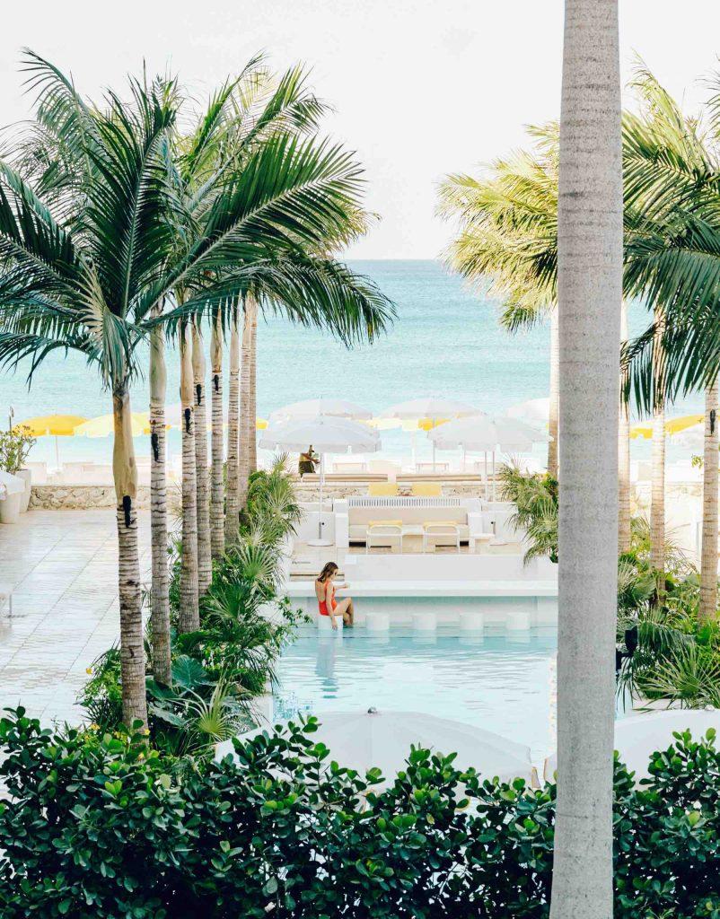 palm-heights-grand-cayman-beach-hotel-gabriella-khalil styl karaibskiej rezydencji z lat 70. 07