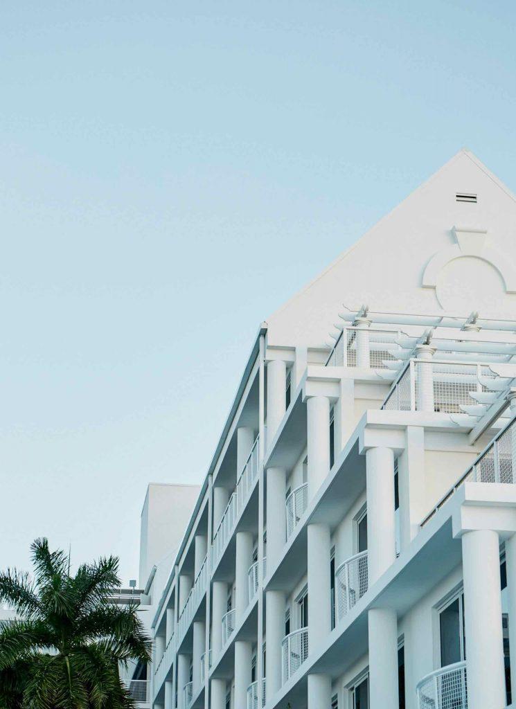 palm-heights-grand-cayman-beach-hotel-gabriella-khalil styl karaibskiej rezydencji z lat 70. 08