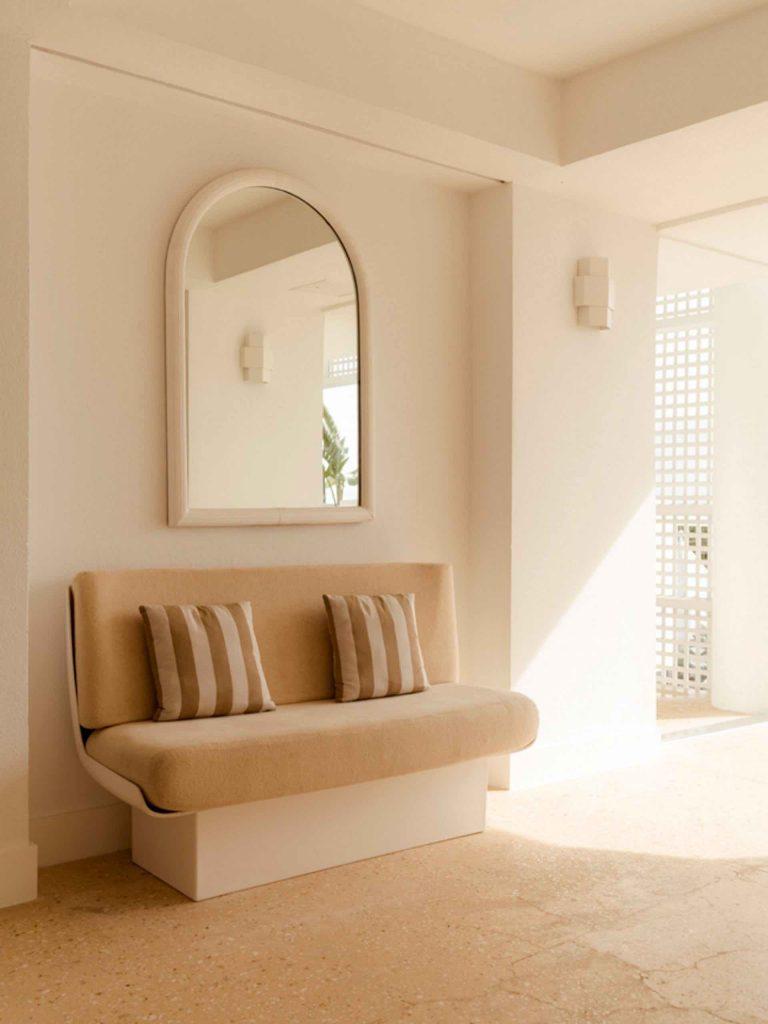 palm-heights-grand-cayman-beach-hotel-gabriella-khalil styl karaibskiej rezydencji z lat 70. 12