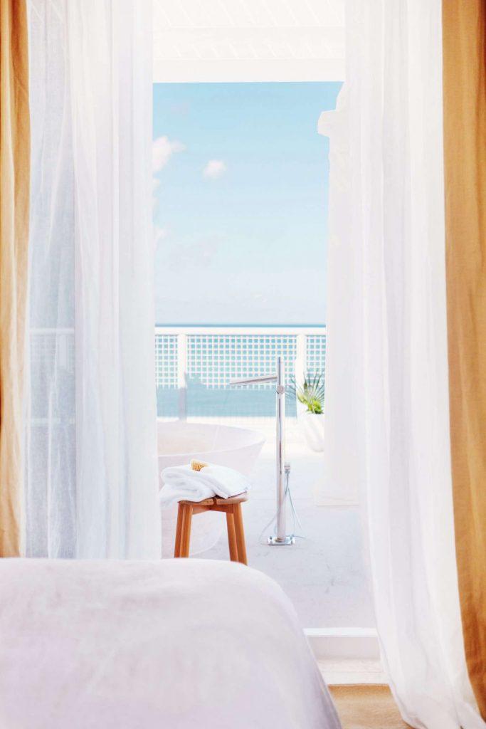 palm-heights-grand-cayman-beach-hotel-gabriella-khalil styl karaibskiej rezydencji z lat 70. 22