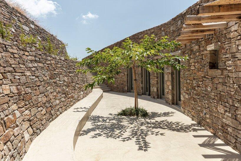 sinas-architects-kamienny dom letni na wyspie serifos 03