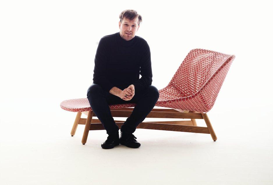 Sebstian Herkner na autorskim fotelu Mbrace dla Dedon